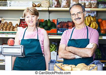 sallers an in fruit market shop