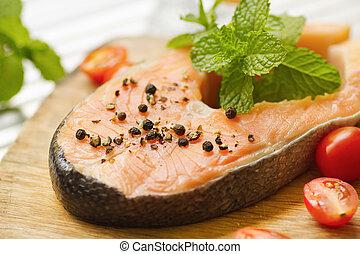salmón, con, pimienta, y, menta, hoja, en, tablero de madera
