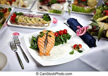 salmone munito grata, bistecca, con, fagioli verdi, su, decorato, tavola cena