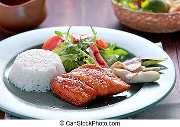 salmone, riso, teriyaki, insalata, servito