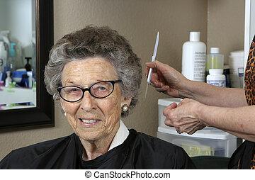salon cheveux, personne âgée femme