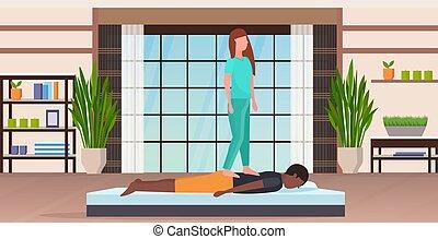 salon, concept, masseuse, moderne, dos, spa, debout, américain, uniforme, traitement, intérieur, entiers, thérapie, guérison, horizontal, manuel, malade, longueur, africaine, studio, type, avoir, masage