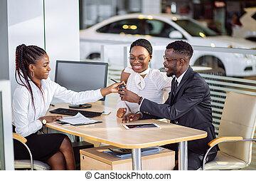 salon, exposition, auto, couple, africaine, revendeur, voiture, ou, achat, heureux