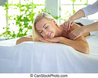 salon, femme, jeune, spa, apprécier, masage