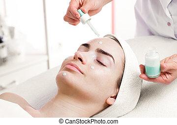 salon, femme, jeune, traitement, facial, spa, sérum