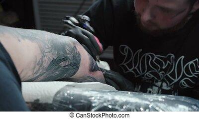 salon, obtenir, maître, tatouage, bras