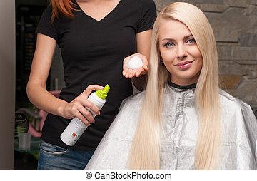 salon, vrouw, aan het dienen, kapper, mousse, haar, client's, vrouwlijk, hair., roodharige, werken