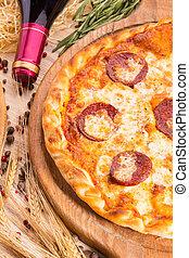 salsa pomodoro, salsiccia, formaggio, pepperoni, origano, pizza