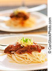 salsa pomodoro, spaghetti, manzo
