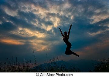salto, montagne, ragazza, silhouette, crepuscolo