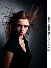 salvaje, expresivo, mujer joven, con, viento, peinado, y,...