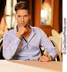sam, młody mężczyzna, przystojny, restauracja
