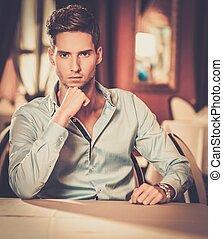 sam, przystojny, młody mężczyzna, restauracja