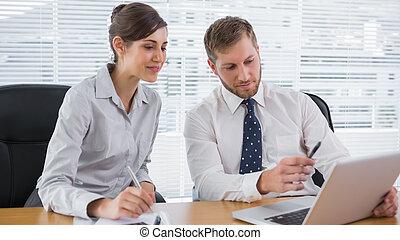 samen, draagbare computer, werkende , zakenlui
