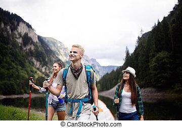 samen, vrienden, rugzakken, groep, vrolijke , wandelende