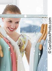 samengestelde afbeelding, van, mooi, vrouwlijk, klant, het selecteren, kleren, een