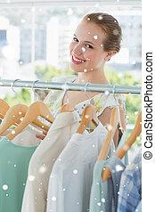 samengestelde afbeelding, van, vrolijke , vrouwlijk, klant, het selecteren, kleren, in, st