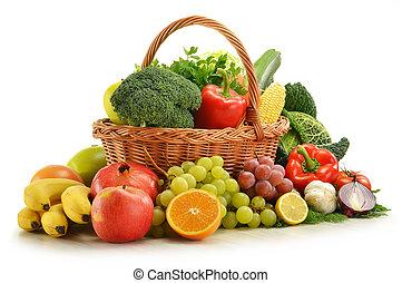 samenstelling, met, groentes, en, vruchten, in, wicker mand, vrijstaand, op wit