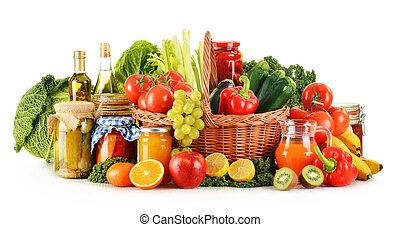 samenstelling, met, variëteit, organisch, groentes, en, vruchten, in, wicker mand, vrijstaand, op wit
