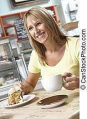 samičí, zákazník, udělat si rád, kolečko k placka, a, zrnková káva, do, caf