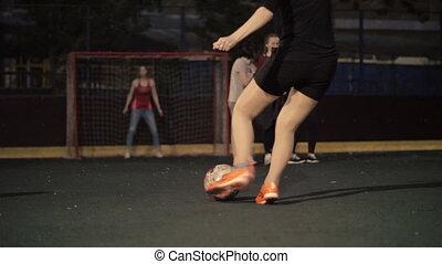 samica, drużyna piłki nożnej, interpretacja, na, field., kobiety, piłka nożna, players., kobieta, piłka nożna, team., przedimek określony przed rzeczownikami, dziewczyna, jest, spadanie