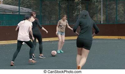 samica, drużyna piłki nożnej, pociągi, w, otwarty, powietrze., kobieta, piłka nożna, team., samica, futbolista