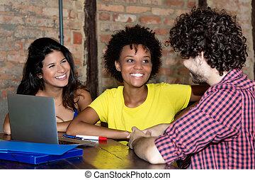 samica, dyskusja, student, afrykanin, przyjaciele, kaukaski