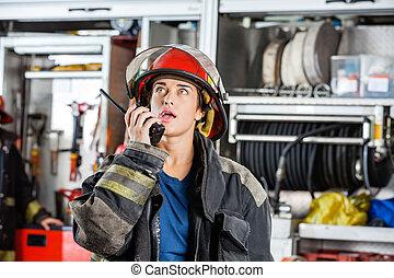 samica, firefighter, zaufany, talkie, używając, walkie