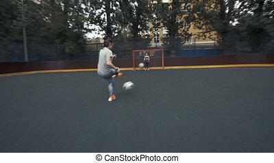 samica, futbolowy zaprzęg, w, training., kobieta, piłka nożna