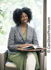 samica, książka, czarnoskóry, dorosły student, czytanie
