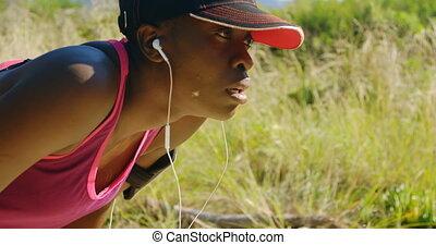 samica, las, atleta, odprężając, jogging, 4k, po