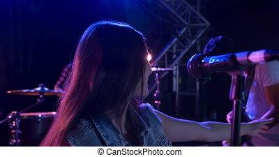 samica, muzyk, podczas, koncert, śpiew