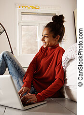 samica, podłoga, laptop, posiedzenie, amerykanka, student, afrykanin