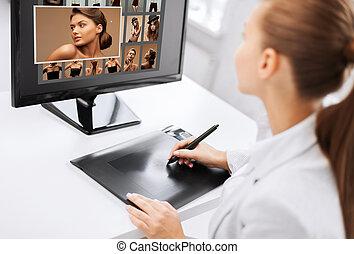 samica, retoucher, pracując na domu, albo, biuro