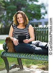 samica, tabliczka, uniwersytecki student, cyfrowy, używając, campus