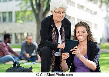 samica, tabliczka, uniwersytecki student, cyfrowy, używając, przyjaciel
