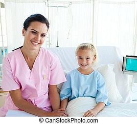 samiczy doktor, z, jej, mały, pacjent, posiedzenie, na, niejaki, szpitalniane łóżko