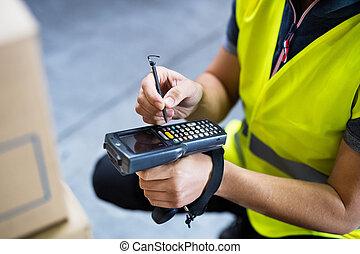 samiec, magazyn, pracownik, z, barcode, scanner.
