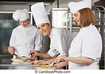 samiec, mistrz kucharski, z, koledzy, pracujący, w, kuchnia