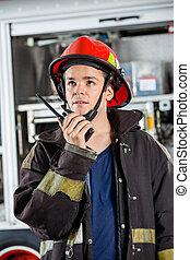 samiec, ogień, firefighter, stacja, talkie, używając, walkie