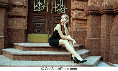 samotny, posiedzenie, strój, czarna dziewczyna, schody