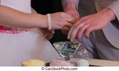 sand, zeremonie, wesen, durchgeführt, an, wedding., hände, von, braut, besitz, blumenvase, mit, bunte, sand, während, hochzeitsgesellschaft