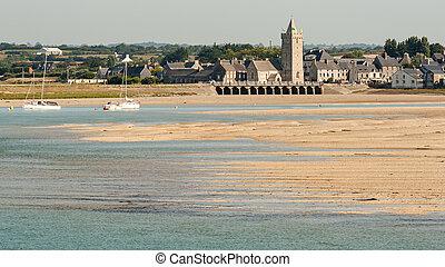 sandiger strand, und, dorf, von, portbail, in, normandie, frankreich