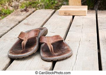 sandles, brunnen, getragen
