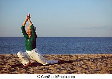 sandstrand, üben, ältere frau, joga
