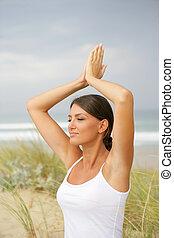 sandstrand, frau, joga