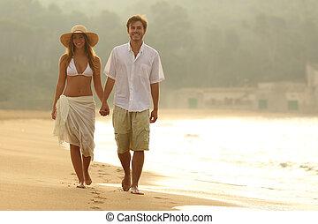 sandstrand, gehen, sonnenuntergang, paar, glücklich