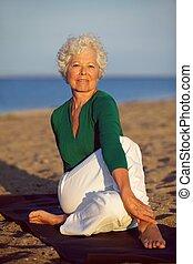 sandstrand, genießen, ältere frau, joga