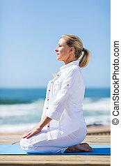 sandstrand, mitte, frau, joga, antikisiert