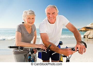 sandstrand, paar, fahrräder, pensioniert, ihr